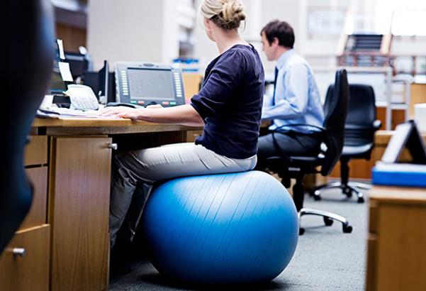 As melhores dicas para corrigir a postura e prevenir dores do trabalho sentado.